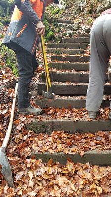 2 Treppen beim Aufstieg zum Sandloch mussten saniert werden. Kurzer Einsatz von Urs und Walter.
