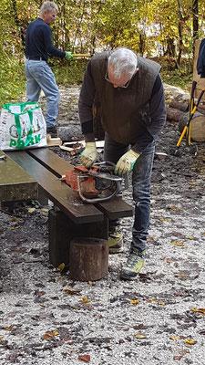 Vorbereitung der Maschinen zur harten Holzerei beim Kiosk.