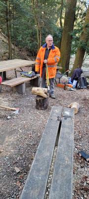 An diesem Stückchen Eibenholz haben sich mindesten 6 Mann mit Spaltkeilen, Spalthammer, Motorsäge gemessen. Zuerst mit dem Spalthammer