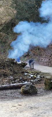 Viel Geäst von umgestürzten Sträuchern Bäumen werden direkt verbrannt