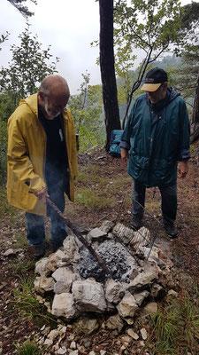 Wie schafft das Pierre immer wieder, auch bei diesem Hundewetter, ein Feuerchen zu machen? Aber es hat wieder geklappt, die Würste konnten unter den schwierigsten Bedingungen gebrätelt werden.