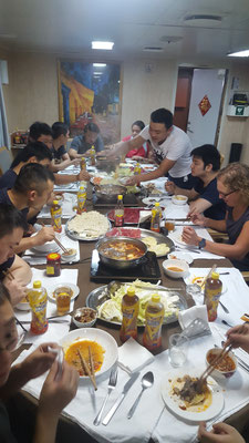 Gemeinsames Essen mit den Offizieren - Radreise - Alles in 12 Taschen