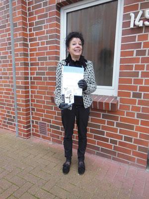 Eine Schwalbenfreundin mit Plakette und Urkunde