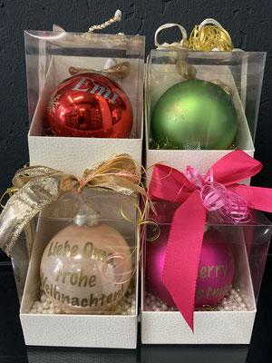 Eine personalisierte Weihnachtskugel wird garantiert ein unvergessliches Geschenk werden. Wir bitten um eine Vorbestellung. Preis: inkl. Kugel, Bedrückung, Box, Deko-Schleife 16,00€
