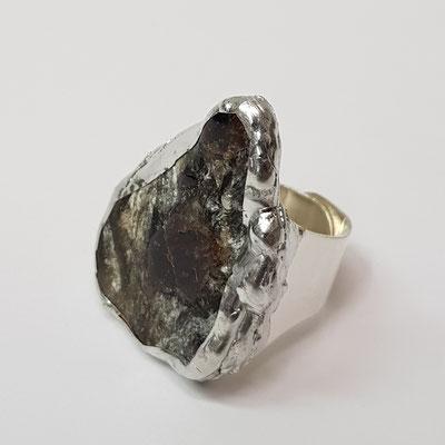 Ring mit einem Radentheinit