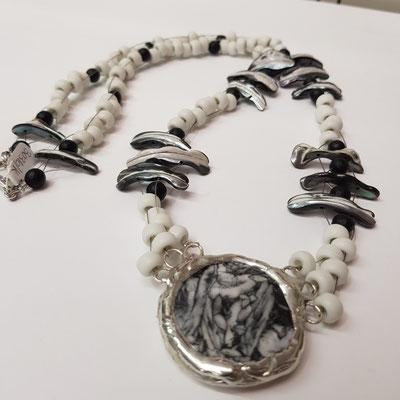 Kette mit Eisblumen-Magnesit/Pinolith-Anhänger und 26 matten Onyx-Perlen