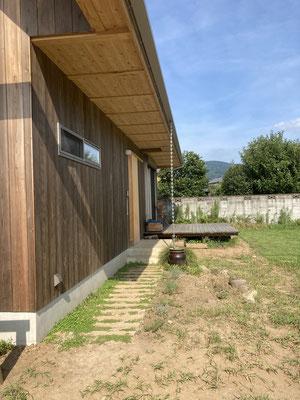玄関へのアプローチ、その先にある縁側空間