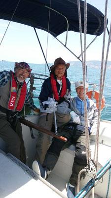 クルージング2日目、晴天の小豆島西岸を男木島目指すクルー