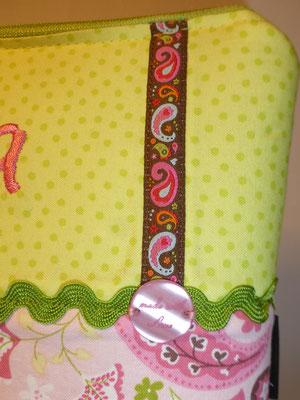 ...schönen Bändern und Handmade-Knopf...