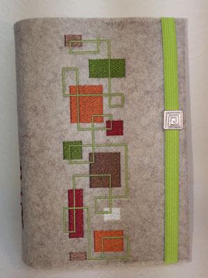Stickmotiv Quadrate am laufenden Band in grün-kupfer-braun auf Filz in kamelhaar