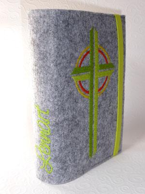 Stickmotiv Kreuz in apfelgrün-gelb-orange und Gummi in apfelgrün auf Filz in grau-meliert, Schriftart Saginaw