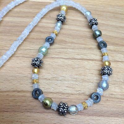 Collier aus Mondstein mit Muranoglas und Silber