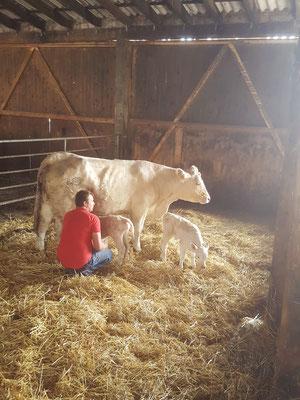 Dirk hilft dem Neugeborenen beim ersten Säugen