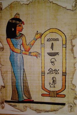 """Beispiel: Der Name """"Nicole"""" in Hieroglyphen (für eine Kinderveranstaltung wurde in diesem Fall eine Karte mit Papyrusdesign verwendet)"""