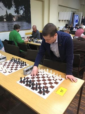 Andrej analysiert nach der Partie siene Züge ohne die Figuren zu berühren
