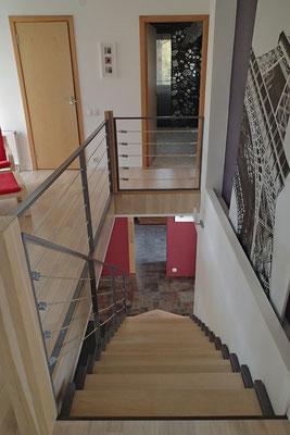 belle plongée depuis la mezzanine avec cet escalier design
