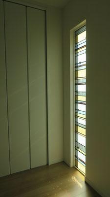 T邸 / 南向き。カットガラスに太陽光があたり
