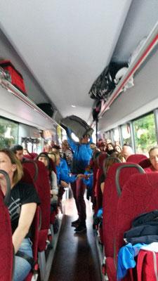 Im Bus werden die Instrumente für das Abendkonzert verstaut...