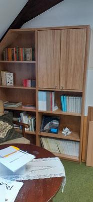 Das neue Regal in der Leseecke des Richard-Brandt-Heimatmuseums Wedemark