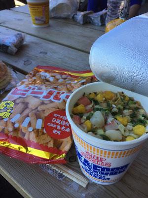お昼ごはんはカップラーメンとビーバ((+_+))
