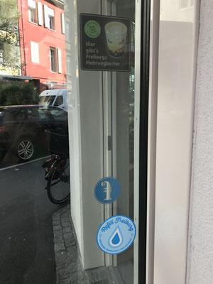 Die mitgebrachte Trinkflasche kann man sich hier immer mit Wasser wieder auffüllen lassen. Und für einen Kaffee zum mitnehmen kann man sich auch den Freiburg Becher ausleihen, wenn man keinen eigenen Mehrwegbecher besitzt oder ihn vergessen hat.