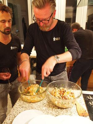 und anschließend warm mit dem Salat vermischt