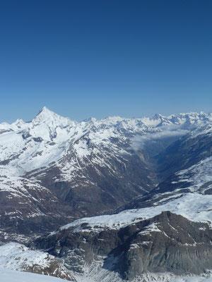 Blick vom Breithorngipfel (4'159m) runter in Mattertal