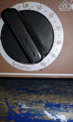 Das Wasser im Einkochtopf auf 100°C erhitzen.
