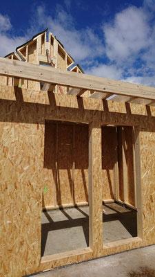 Montage des premier panneaux ossature bois ( ossature en 45x145 + osb 12mm + par pluie + liteaux 27x40 )