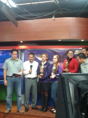 Mario Quintana, Alex Aguirre, Ivette García, Gaby Domínguez, Sara Lucía Morales y Omar Rodríguez, durante la grabación del programa. #PremioTeporaca