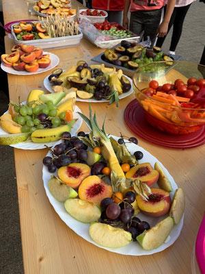 Alle Beteiligten konnten sich am Obstbuffet bedienen.