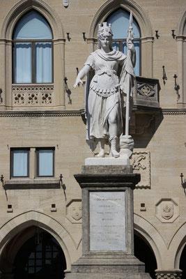 Statua della Libertà  -  Freiheitsstatue von San Marino aus weißem Carrara-Marmor