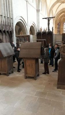 Zwischen Lesepulten im Chor des Domes.