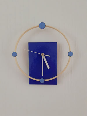 hang/sta klok hangend afgebeeld