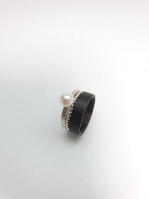 Ring in Silber mit Süßwasserperle und Carbon