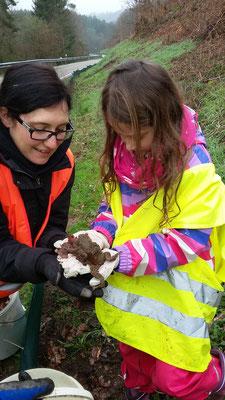 Astrid hilft Sarah die Kröten aus dem Eimer zu holen
