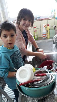 Chrissi und Leo machen den Abwasch