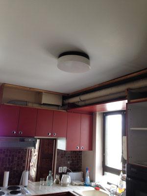 L'ancienne cuisine est devenue une chambre (beige)