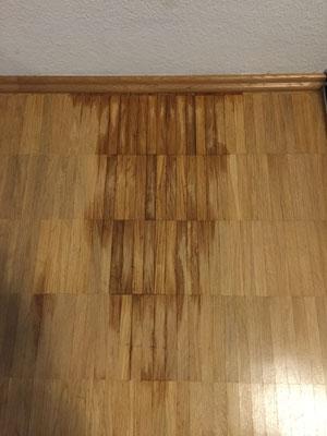 Parkettboden hat Flecken durch ausgelaufenes Öl