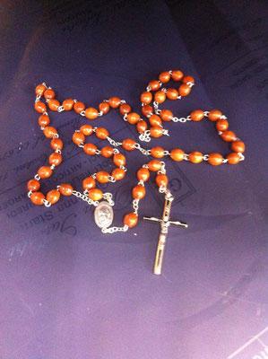 2822g- Rosario in legno con Papa Francesco disponibile in vari colori