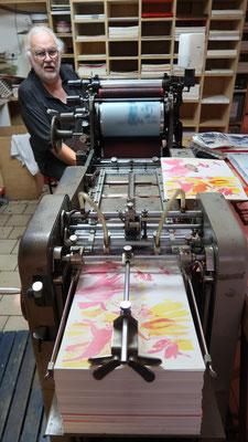Toni Kurz an der Offset-Druckmaschine