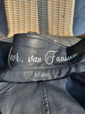 naam op jasje onder kraag, gepersonaliseerd