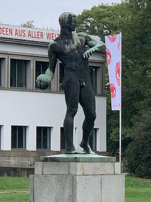 Skulptur vor dem Hygiene-Museum in Dresden