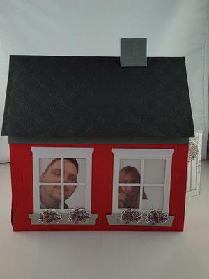 Auf der Rückseite gucken die neuen Bewohner aus den Fenstern