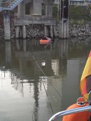 Temporäre Havarie in Mainz dank dem weiter fallenden Rheinpegel. Stefan bereitet die Selbstrettung vor.