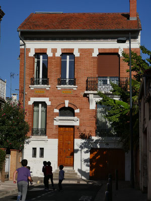 Rue de Coulmiers. Céramique, mosaïque et imposte vitraillée. Une des premières maison de Toulouse avec garage pour auto.