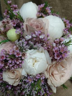 Peonía, rosas y flor de cera