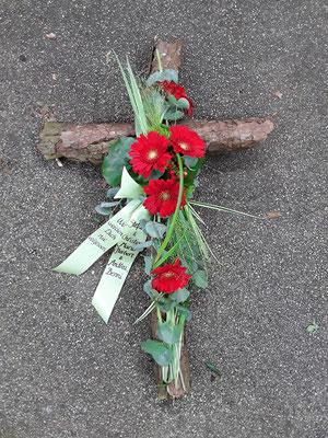 Kreuz mit Rinde und Gerbera