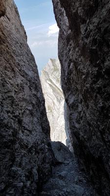 Spektakuläre Felsnische kurz vor dem Gipfel