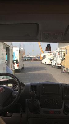 Warten im Hafen von Sharjah